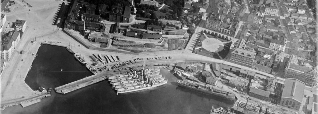 Ilmakuva Hietalahdenrannan alueesta vuodelta 1924. Satamaradan linjaus rajaa Hietalahdenaltaan, jonka muoto vastaa täysin nykytilannetta. Tuntematon, Helsingin kaupunginmuseo.
